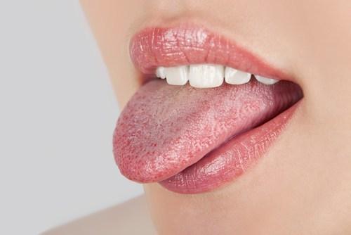 Si observamos que la lengua presenta restos alimenticios o una especie de placa blanco amarillenta es ineludible el uso de un limpiador lingual.